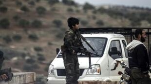 مقاتل في صفوف فصائل المعارضة السورية عند معبر باب الهوى في 16 كانون الأول/ديسمبر 2016