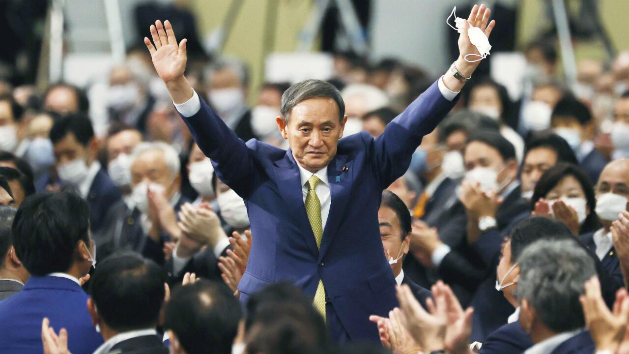El secretario jefe del gabinete japonés, Yoshihide Suga, hace gestos cuando es elegido como nuevo jefe del gobernante Partido Liberal Democrático (PLD), allanando el camino para que reemplace al primer ministro Shinzo Abe, en Tokio, Japón, el 14 de septiembre de 2020.