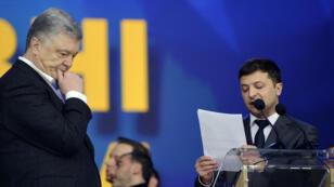Le président Petro Porochenko et son adversaire, le comédien Volodymyr Zelensky, lors de leur débat au stade olympique de Kiev, le 19avril2019.
