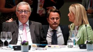 El presidente de la Comisión Europea, Jean-Claude Juncker, el primer ministro de Luxemburgo, Xavier Bettel, asisten a una cena de trabajo durante una cumbre de líderes de la Unión Europea que tiene como objetivo seleccionar candidatos para los mejores puestos de las instituciones de la UE, en Bruselas, Bélgica, el 30 de junio de 2019.