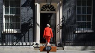 La primera ministra británica, Theresa May, se marcha después de anunciar su dimisión, en Downing Street, en el centro de Londres, el 24 de mayo de 2019.