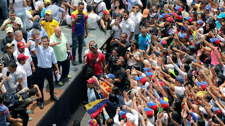 El líder opositor Juan Guaidó, a quien muchas naciones han reconocido como el legítimo gobernante interino del país, saluda durante un mitin en San Antonio, Venezuela, el 30 de marzo de 2019.