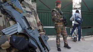 """Des militaires sont postés à l'entrée de l'école juive de Marseille """"La Source"""" après l'agression d'un professeur juif le 11 janvier."""