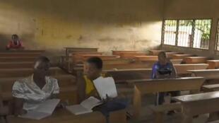 Une salle de classe du lycée de Tiko