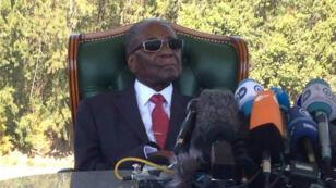 L'ancien président du Zimbabwe, Robert Mugabe, s'adresse aux médias depuis sa résidence à Harare, le 29 juillet.