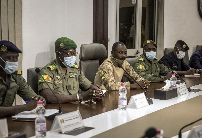 Le colonel Assimi Goïta (au centre), qui s'est déclaré chef du Comité national pour le salut du peuple, lors d'une rencontre avec une délégation de la Cédéao à Bamako, au Mali, le 22 août 2020.