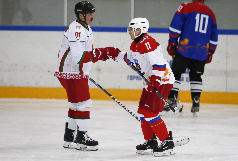Vladimir Poutine et Alexandre Loukachenko lors d'une partie de hockey en Sotchi en 2019.