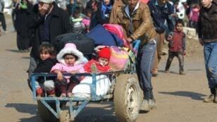 نازحون من الموصل يتوجهون إلى مخيمات إيواء، الجمعة 24 آذار/مارس 2017
