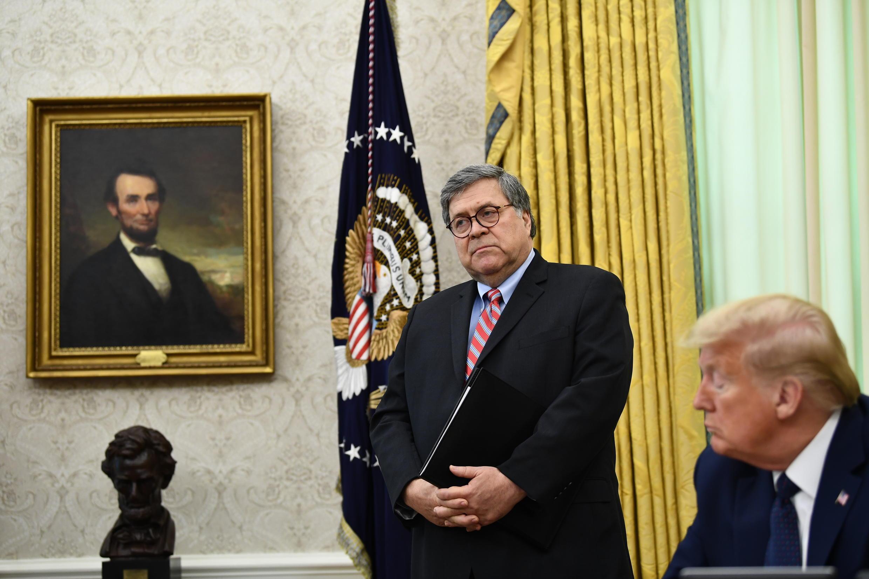 Imagen de archivo. El fiscal general William Barr y el presidente de Estados Unidos, Donald Trump.