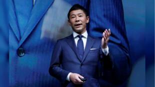 Imagen de archivo. El millonario japonés, Yusaku Maezawa, director ejecutivo de la empresa de ropa Zozo, habla en un evento de lanzamiento de su nueva colección, en Tokio, Japón, el 3 de julio de 2018.