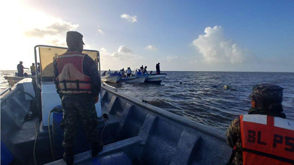 Policía Militar hondureña realiza labres de salvamento a las víctimas del naugrafio en la costa hondureña el 3 de julio de 2019.