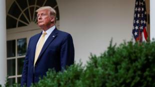 El presidente de Estados Unidos, Donald Trump, escucha al procurador general Bill Barr cuando él y Barr anuncian el esfuerzo de su gobierno por obtener datos de la ciudadanía en un evento en el Rose Garden de la Casa Blanca en Washington D. C., EE. UU., el 11 de julio de 2019.