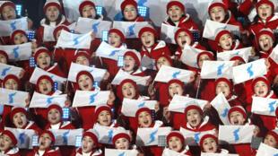 Pyeongchang 2018 Olimpiadas de invierno - Ceremonia de inauguración - Estadio Olímpico de Pyeongchang - Pyeongchang, Corea del Sur - 9 de febrero de 2018 - Porristas de Corea del Norte sostienen banderas de unificación mientras esperan el inicio de la ceremonia de apertura.