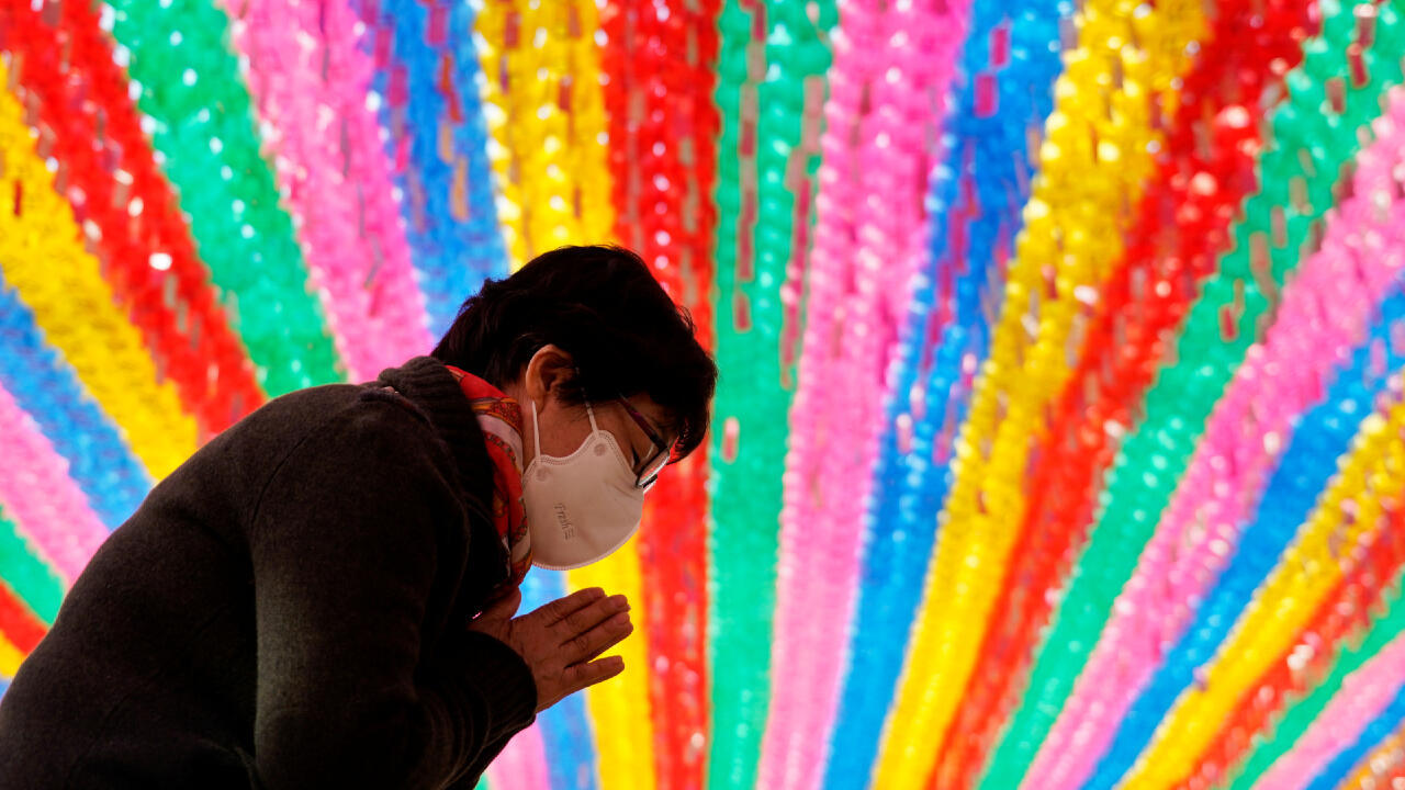 Una mujer budista ora por el cumpleaños de Buda en un templo en Seúl, Corea del Sur, el 25 de marzo, en medio de la pandemia del coronavirus.