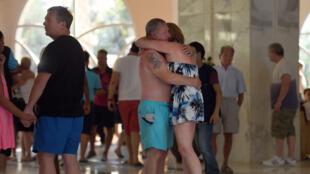 Des touristes sous le choc après l'attentat de Sousse qui a fait 38 morts le 26 juin 2015, en Tunisie.