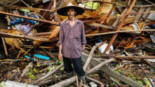 Un hombre se para frente a su casa destruida, luego de que el tsunami la destruyera. Pandeglang, Indonesia, el 24 de diciembre de 2018.