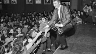 Johnny Hallyday sur scène, en 1962.