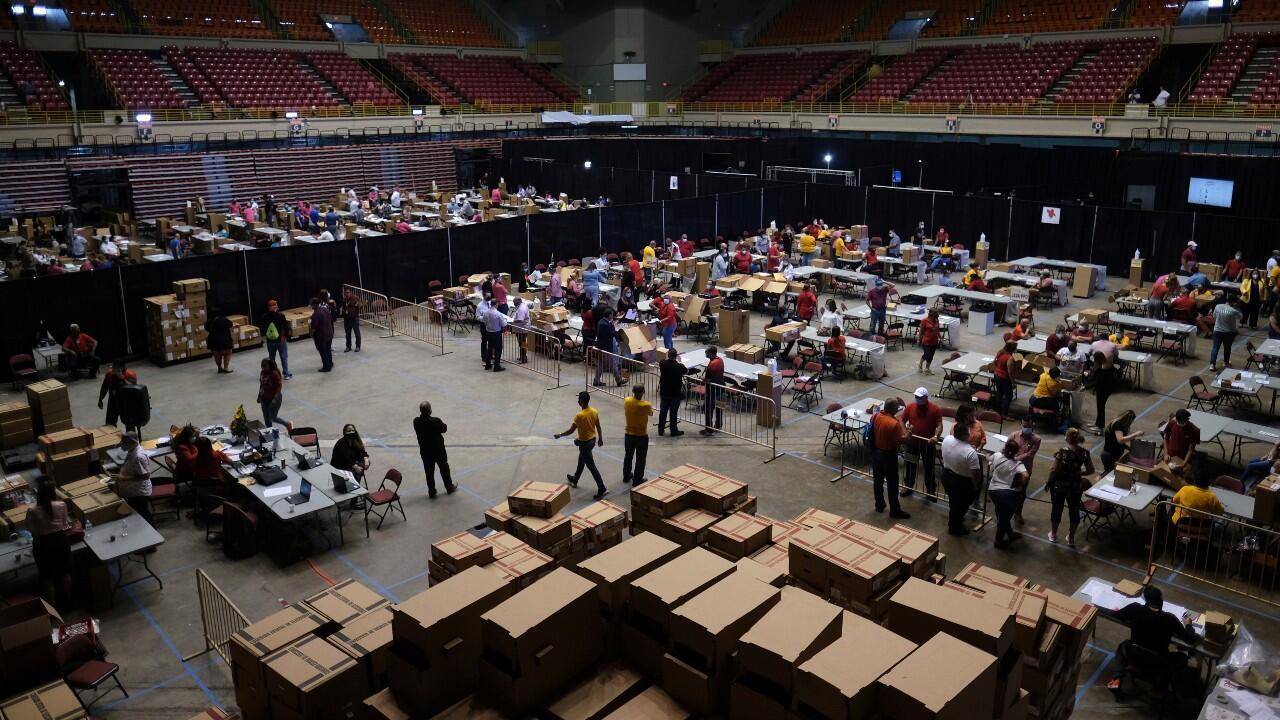 Trabajadores clasifican las boletas de votación en un centro electoral en San Juan, Puerto Rico, el 16 de agosto de 2020.