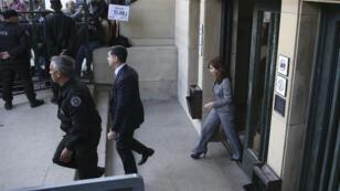 La expresidenta argentina sale de los tribunales el 18 de septiembre de 2018 luego de presentar un escrito para defenderse de las acusaciones por presunta corrupción.