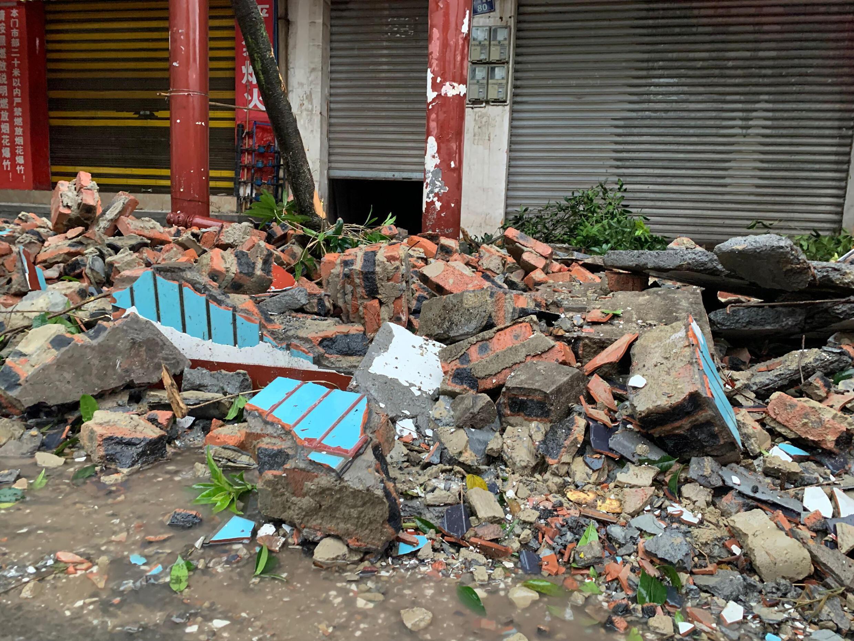 دمار في أعقاب الزلزال في لوتشو بجنوب غرب الصين، في 16 أيلول/سبتمبر 2021