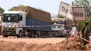 شاحنات سنغالية على الحدود الغامبية-السنغالية في 9 أيار/مايو 2016