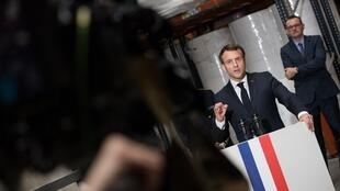Le président Emmanuel Macron le 31 mars 2020 à Saint-Barthelémy-d'Anjou, près d'Angers