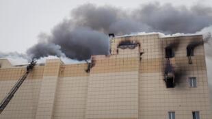 Los bomberos tratan de apagar el incendio en el centro comercial de Kemerovo, el 25 de marzo de 2018.