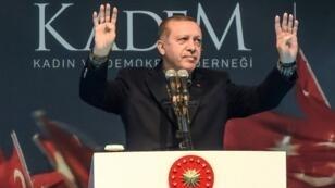 الرئيس التركي رجب طيب أردوغان خلال تجمع نسائي بإسطنبول في 5 آذار/مارس 2017