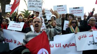 Près de 1500 personnes se sont retrouvées devant le Parlement tunisien pour demander des mesures contre le retour des tunisiens jihadistes, le 24 décembre 2016.