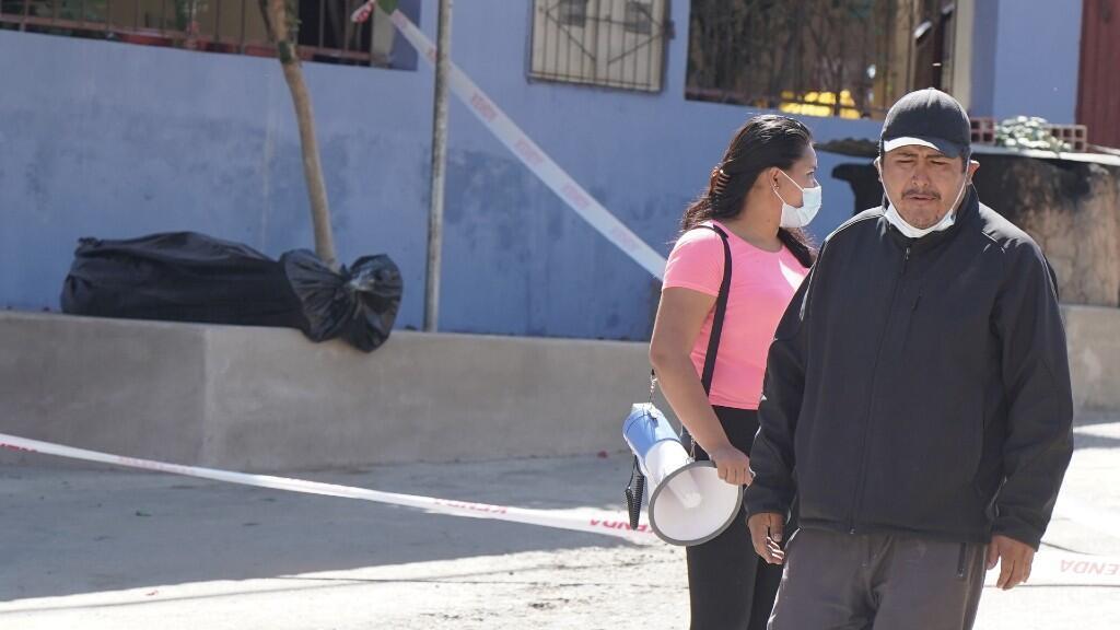 Líderes vecinales son vistos junto a una bolsa que contiene el cuerpo de un hombre que murió en una calle, en medio del brote de la enfermedad coronavirus (COVID-19), en Cochabamba, Bolivia 5 de julio de 2020.
