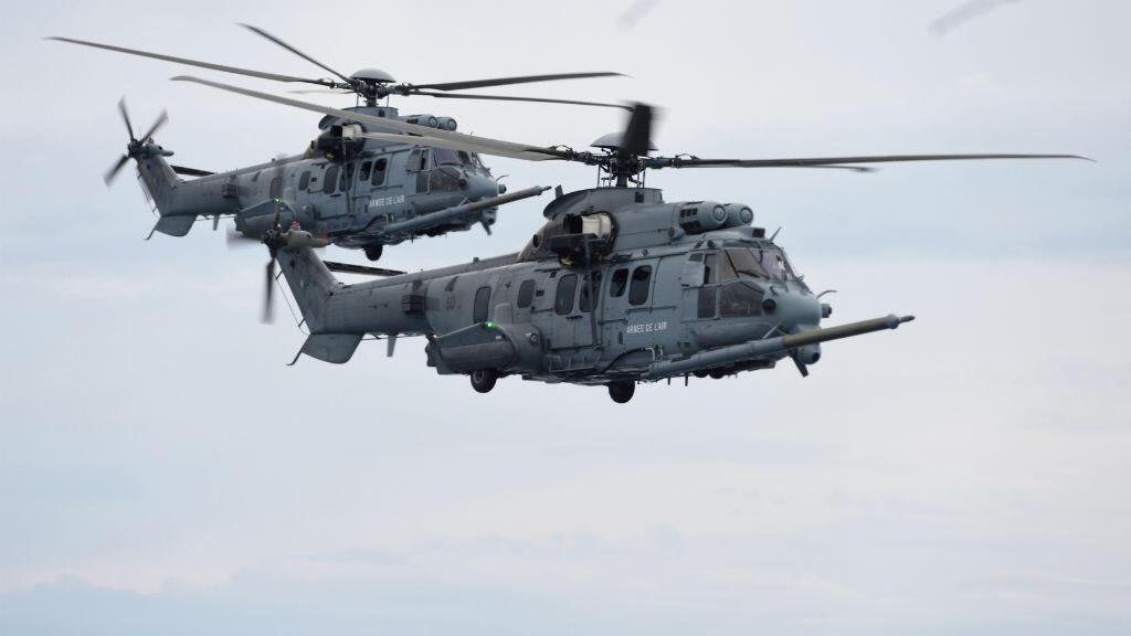Deux hélicoptères Caracal durant un exercice de ravitaillement.