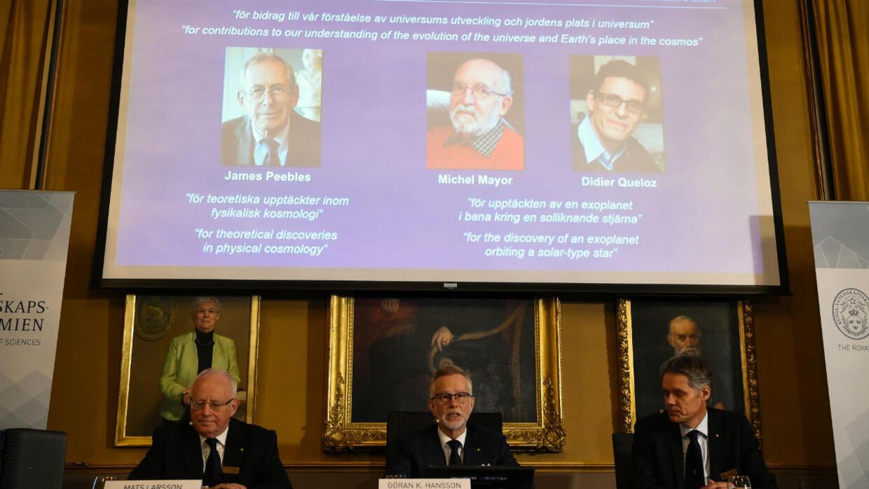 جائزة نوبل للفيزياء: فوز الكندي-الأمريكي جيمس بيبلز والسويسريين ميشال مايور وديدييه كيلو