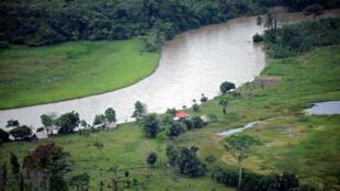 منظر جوي لنقطة حدودية تقع بين كوستاريكا ونيكاراغوا على نهر سان خوان 24 أكتوبر/تشرين الأول 2010