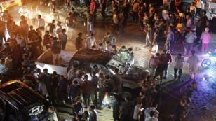 أشخاص يتجمعون في موقع انفجار سيارة مفخخة في أعزاز، سوريا 2 يونيو حزيران 2019