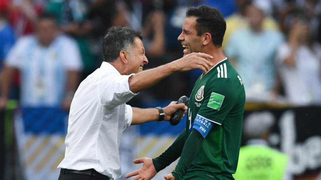 Juan Carlos Osorio celebra con Rafael Márquez la victoria de México sobre Alemania