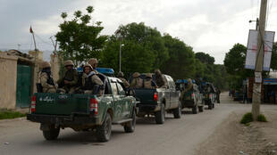 Des forces de sécurité afghanes arrivent sur le site de l'attaque des Taliban contre une base militaire, le 21 avril 2017.