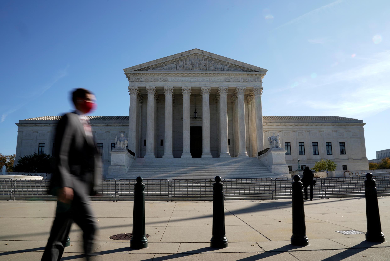 Foto de archivo de un hombre que pasa frente al edificio de la Corte Suprema de Estados Unidos en Washington, Estados Unidos, el 5 de noviembre de 2020.