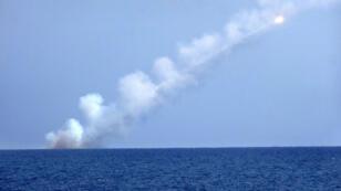 Un missile tiré le 14 septembre 2017 depuis un sous-marin russe en direction d'une position jihadiste en Syrie.