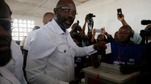 George Weah, exfutbolista, fue el candidato que más votos obtuvo en la primera vuelta presidencial de Liberia.