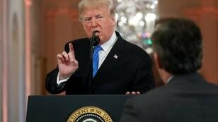 Le président américain Donald Trump s'accroche avec Jim Acosta de CNN au cours d'une conférence de presse après les élections de mi-mandat, le 7 novembre 2018.