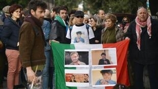 متظاهرون أمام سفارة مصر في روما يرفعون صور الطالب الايطالي جوليو ريجيني، في 25 شباط/فبراير
