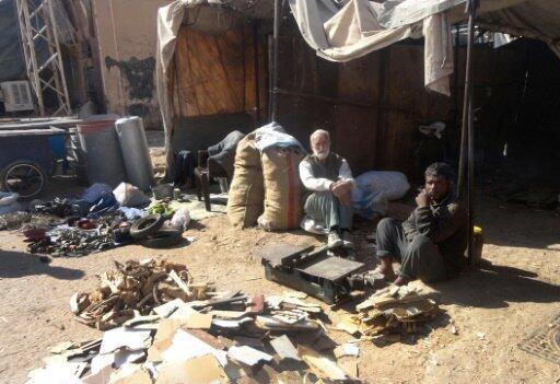 رجال يبيعون الخشب في دير الزور في 12 تشرين2/نوفمبر 2016