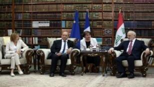 وزير الخارجية العراقي ابراهيم الجعفري مستقبلا نظيره الفرنسي جان إيف لودريان ووزيرة الجيوش الفرنسية فلورانس بارلي في بغداد في 26 آب/أغسطس 2017