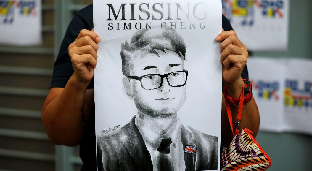El 21 de agosto de 2019, una mujer sostiene un cartel de Simon Cheng, empleado del consulado británico, que estuvo detenido después de visitar la vecina ciudad de Shenzhen, en China continental.