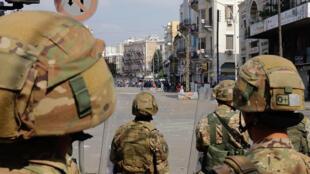 عناصر من الجيش اللبناني خلال تفريقهم تظاهرة في مدينة طرابلس في شمال لبنان في 28 نيسان/أبريل 2020