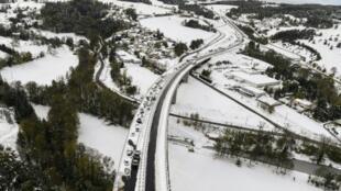 الثلوج تغطي أحد الطرق السريعة بإقليم لوار بفرنسا