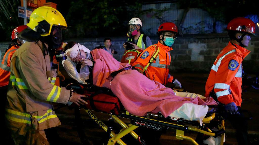 Un manifestante herido recibe asistencia médica durante una manifestación en el barrio Tsim Sha Tsui en Hong Kong , China, el 12 de agosto de 2019.