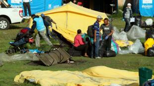 Autoridades locales desalojan un campamento de venezolanos martes 15 de enero de 2019 en Bogotá donde vivían cerca de 100 personas.