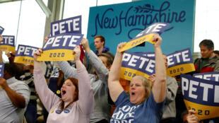 Seguidores del candidato Pete Buttigieg esperan su llegada a un evento en Nashua, New Hampshire, el 9 de febrero de 2020, dos días antes de las primarias en ese estado.
