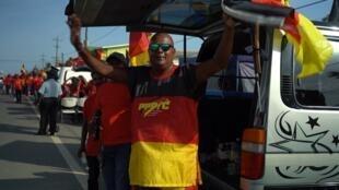 Un seguidor del guyanés Partido Progresista del Pueblo participa en un evento de la campaña electoral de la organización en Georgetown, Guyana.